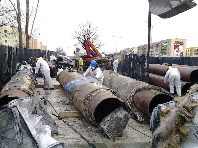 Demontaż rur azbestowo-cementowych w miejscowości Sosnowiec W trakcie demontażu rur azbestowych usunęliśmy ponad 17 ton odpadów azbestowych. Po wykonaniu demontażu, rury azbestowe zostały zabezpieczone, a następie wykonaliśmy transport rur azbestowo-cementowych do miejsca ich unieszkodliwienia. Rury azbestowe były usuwane 4 dni robocze, a demontaż rur azbestowo-cementowych wykonywało 6 pracowników. Po zakończeniu prac teren budowy został oczyszczony z pyłu azbestowego. W trakcie prowadzonych prac wykonaliśmy badania laboratoryjne na zawartość respirabilnych włókien azbestu w powietrzu.