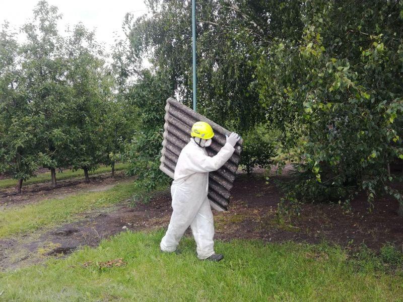 Nasi pracownicy zawsze zachowują szczególne środki ostrożności podczas prowadzonych prac tj. usuwanie azbestu. Ze względu na to, że materiały zawierające azbest są bardzo niebezpieczne dla zdrowia, osoby pracujące w kontakcie z azbestem zawsze są ubrane w specjalistyczne kombinezony, maski, gogle oraz rękawice. Dzięki temu minimalizujemy ryzyko narażenia na szkodliwe działanie azbestu. Nasi pracownicy regularnie biorą udział w szkoleniach w zakresie bezpieczeństwa i higieny pracy oraz w zakresie bezpiecznego użytkowania wyrobów zawierających azbest. Wiedza i doświadczenie w prowadzeniu prac, których celem jest usuwanie azbestu, sprawiają, że likwidacja azbestu jest wykonywana w bezpieczny sposób. Dbamy o to, by niebezpieczny pył azbestowy, który zagraża zdrowiu i życiu, nie uwalniał się do powietrza, dlatego tak ważne jest, aby usunięcie eternitu zlecić profesjonalnej firmie. Większość prac wykonujemy na terenie Śląska. Zdjęcie pochodzi z realizacji zlecenia: demontaż azbestu na terenie miasta Ruda Śląska.