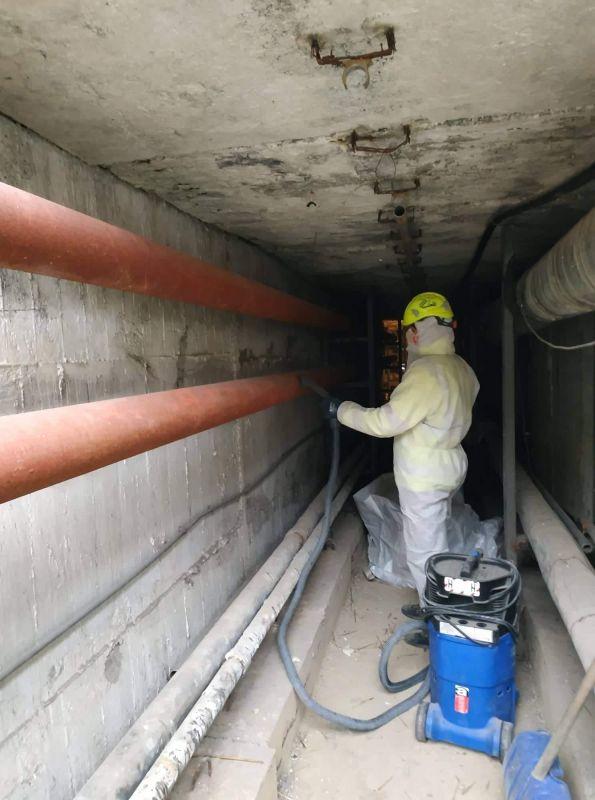 Na początku bieżącego roku wykonywaliśmy na zlecenie firmy, zajmującej się modernizacją rur ciepłowniczych, demontaż otuliny azbestowej z rur ciepłowniczych. Izolacja azbestowa, którą pokryte były rury, została zdemontowana oraz przekazana do unieszkodliwienia. Podczas wykonywania prac, przeprowadziliśmy badania laboratoryjne na zawartość respirabilnych włókien azbestu w powietrzu. Firma zlecająca demontaż azbestu, zleciła nam również transport odpadów azbestowych prosto z terenu budowy w miejscowości Katowice na składowisko odpadów azbestowych.