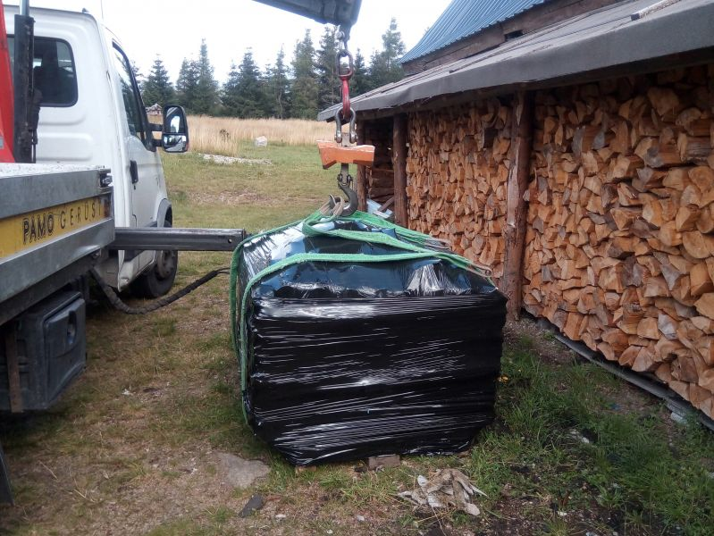 Klienci często pytają nas, ile mogą ważyć zdemontowane płyty azbestowe, których chcą się pozbyć. Płyty azbestowo-cementowe faliste jak i płyty azbestowo-cementowe płaskie mają nie tylko różne wymiary, ale i różne grubości. Zdarza się, że eternit został przycięty i nie ma standardowych wymiarów. Wraz z upływem czasu materiał zawierający azbest ulega zniszczeniu, tak jak i inne materiały. Płyty, w których skład wchodzi azbest, mogą być np.: ukruszone. Wszystkie te czynniki będą wpływały na masę odpadów zawierających azbest. Na podstawie podanych przez Klienta informacji staramy się oszacować przewidywaną masę, aby ustalić szacunkowy koszt, jaki niesie ze sobą usunięcie odpadów azbestowych. Nasze samochody są wyposażone żurawie HDS oraz w wagi hakowe, dlatego na miejscu prac, w którym wykonujemy odbiór azbestu, ważymy odpady azbestowe. Zważony i zapakowany eternit jest ładowany na samochód i może wyruszyć w drogę na składowisko odpadów zawierających azbest. Zdjęcie przedstawia odbiór azbestu w miejscowości Gliwice.
