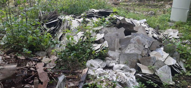 Nielegalne wysypiska azbestu to problem, który pojawia się każdego roku, w różnych miejscach, w całej Polsce. Otrzymujemy wiele zleceń, których przedmiotem jest zbieranie azbestu wyrzuconego w lesie czy na poboczu rzadko uczęszczanej drogi. Zdarzają się sytuacje, gdzie Klient skorzysta z usług np. firmy dekarskiej, która zobowiąże się, że wykona przykładowo demontaż eternitu z dachu i przekaże go na składowisko odpadów zawierających azbest, a ostatecznie tak się nie dzieje.  Często mieszkańcy natykają się później na odpady azbestowe porzucone gdzieś w lesie, bądź na uboczu drogi. Na zlecenie jednego z naszych Klientów, przyjechaliśmy na miejsce takiego właśnie nielegalnego wysypiska azbestu, aby uprzątnąć teren oraz przekazać zebrane odpady azbestowe do unieszkodliwienia. Płyty azbestowo-cementowe płaskie były pokruszone i połamane. Zbieranie azbestu z tego miejsca zajęło nam ponad 2 godziny. Odpady azbestowe zostały spakowane do worków typu big-bag, a teren został oczyszczony, aby nie zalegały na nim jakiekolwiek resztki azbestu. Zleceniodawca odebrał od nas dokumenty, potwierdzające, że odbiór azbestu wykonano prawidłowo, a odpady azbestowe zostały zgodnie z przepisami przekazane na składowisko odpadów zawierających azbest.  Zdjęcie przedstawia nielegalne wysypisko azbestu w okolicach miejscowości Katowice.