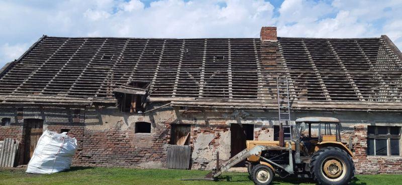 Azbest ze względu na swoje właściwości i łatwą dostępność był powszechnie stosowany  w budownictwie. Eternit na dachu można często napotkać w wielu wsiach i miastach. Zdjęcie przedstawia budynek gospodarczy w okolicach miejscowości Dąbrowa Górnicza, gdzie demontowane były płyty azbestowo-cementowe faliste. Wichura uszkodziła jedną część pokrycia dachowego przez co niektóre płyty azbestowe były połamane i pokruszone. Eternit w postaci mniejszych fragmentów płyt został umieszczony w worku. Demontaż azbestu był jednym z etapów modernizacji tego obiektu. Usuwanie azbestu z dachu zajęło naszej brygadzie tylko jeden dzień roboczy, w którym to wykonano demontaż azbestu i wywóz odpadów azbestowych na składowisko. Właściciel nieruchomości otrzymał od nas komplet dokumentów, potwierdzający prawidłowość wykonania prac, których efektem było usunięcie azbestu. Dokumenty jakie otrzymują Klienci to między innymi: - Karta Przekazania Odpadów, która jest dowodem na unieszkodliwienie odpadów azbestowych przez uprawnione do tego składowisko odpadów azbestowych  - oświadczenie o oczyszczeniu terenu z resztek azbestu i pyłu azbestowego, - faktura.