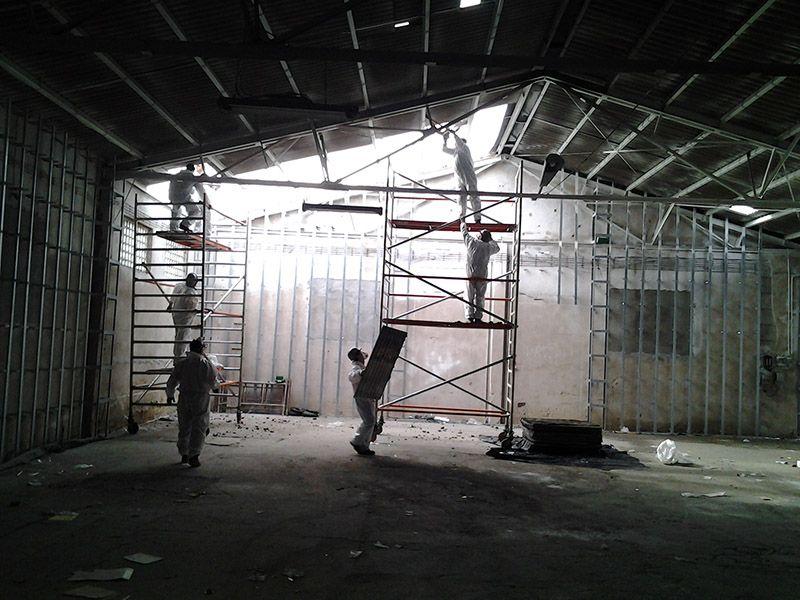 W ubiegłym roku wykonywaliśmy demontaż pokrycia dachowego wykonanego z płyt azbestowo-cementowych płaskich z dachu hali, mieszczącej się w miejscowości Katowice. W trakcie rozbiórki płyt eternitowych zdemontowano ponad 2.000 m2. Po demontażu płyt azbestowo-cementowych wykonaliśmy transport odpadów azbestowych na składowisko odpadów niebezpiecznych. Unieszkodliwiono blisko 33 tony odpadów zawierających azbest.