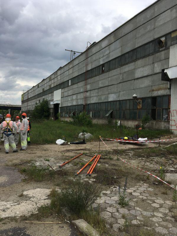 W minionym roku wykonywaliśmy demontaż elewacji azbestowej z hali, znajdującej się w Dąbrowie Górniczej. Hala została wykonana z płyt azbestowo-cementowych płaski. Podczas usuwania materiałów zawierających azbest zdemontowaliśmy ponad 1.300 m2 płyt azbestowo-cementowych. Usuwanie azbestu trwało 5 dni roboczych. Następnie zdemontowane odpady zostały przetransportowane na uprawnione składowisko odpadów azbestowych.