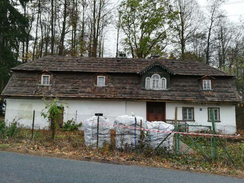 Demontaż płyt azbestowych falistych z dachu budynku mieszkalnego, znajdującego się w miejscowości Siemianowice Śląskie. Usuwanie eternitu w miejscowości Siemianowice Śląskie trwał 1 dzień roboczy. W trakcie prac zdemontowaliśmy ponad 300 m2 płyt azbestowo-cementowych. Następnie zdemontowane odpady zostały przetransportowane na uprawnione składowisko odpadów azbestowych.