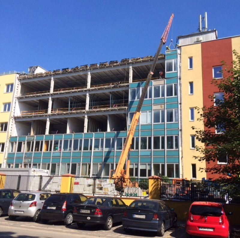 W latach 70. w Polsce budowano popularne wtedy budynki typu LIPSK. Były one budynkami głównie o przeznaczeniu biurowym. Cechą charakterystyczną rzeczonych budynków są fasady, składające się m.in. z ognioochronnych płyt płaskich zawierających azbest oraz szklanych elementów.  Obecnie nadal możemy spotkać sporo budynków typu LIPSK. Część z nich jest wciąż użytkowana, jednak zarządcy obiektów coraz częściej decydują się na modernizację budynków typu LIPSK.  W ostatnich latach uczestniczyliśmy w kilku rozbiórkach budynków typu LIPSK. Do tego typu robót konieczne jest posiadanie doświadczenia, wynikającego ze specyfiki prac. Nasze rozbiórki budynków biurowych Lipsk odbywały się nie tylko na terenie śląska, ale również całej Polski. Przed rozpoczęciem prac, w trakcie demontażu azbestu,  oraz po zakończeniu, zostały przeprowadzone pomiary próbek powietrza. Wykonane badania laboratoryjne na zawartość respirabilnych włókien azbestu w powietrzu, potwierdziły prawidłowość wykonanych przez nas prac.
