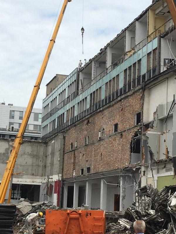 Demontaż płyt azbestowych falistych z dachu budynku mieszkalnego, znajdującego się w miejscowości Siemianowice Śląskie. Usuwanie eternitu niedaleko Częstochowy trwało 2 dni robocze. W trakcie prac zdemontowaliśmy ponad 500 m2 płyt azbestowo-cementowych. Następnie zdemontowane odpady zostały przetransportowane na uprawnione składowisko odpadów azbestowych.