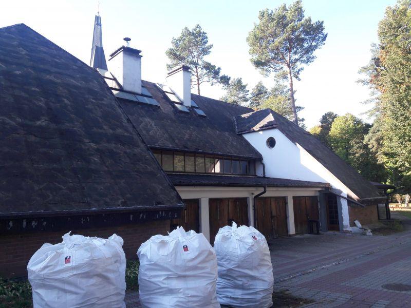 W zeszłym roku wykonaliśmy wiele prac, obejmujących swoim zakresem usuwanie azbestu z dachu. Zdjęcie zostało wykonane w trakcie realizacji prac, polegających na demontażu płyt eternitowych z dachu budynku gospodarczego. Budynek mieści się w miejscowości Chorzów. Usuwanie eternitu trwało zaledwie 6 godzin. Podczas demontażu azbestu, zdemontowanych zostało 680 m2 płyt eternitowych. Po zakończeniu demontażu wykonaliśmy odbiór azbestu z terenu posesji i przekazaliśmy go na składowisko azbestu.
